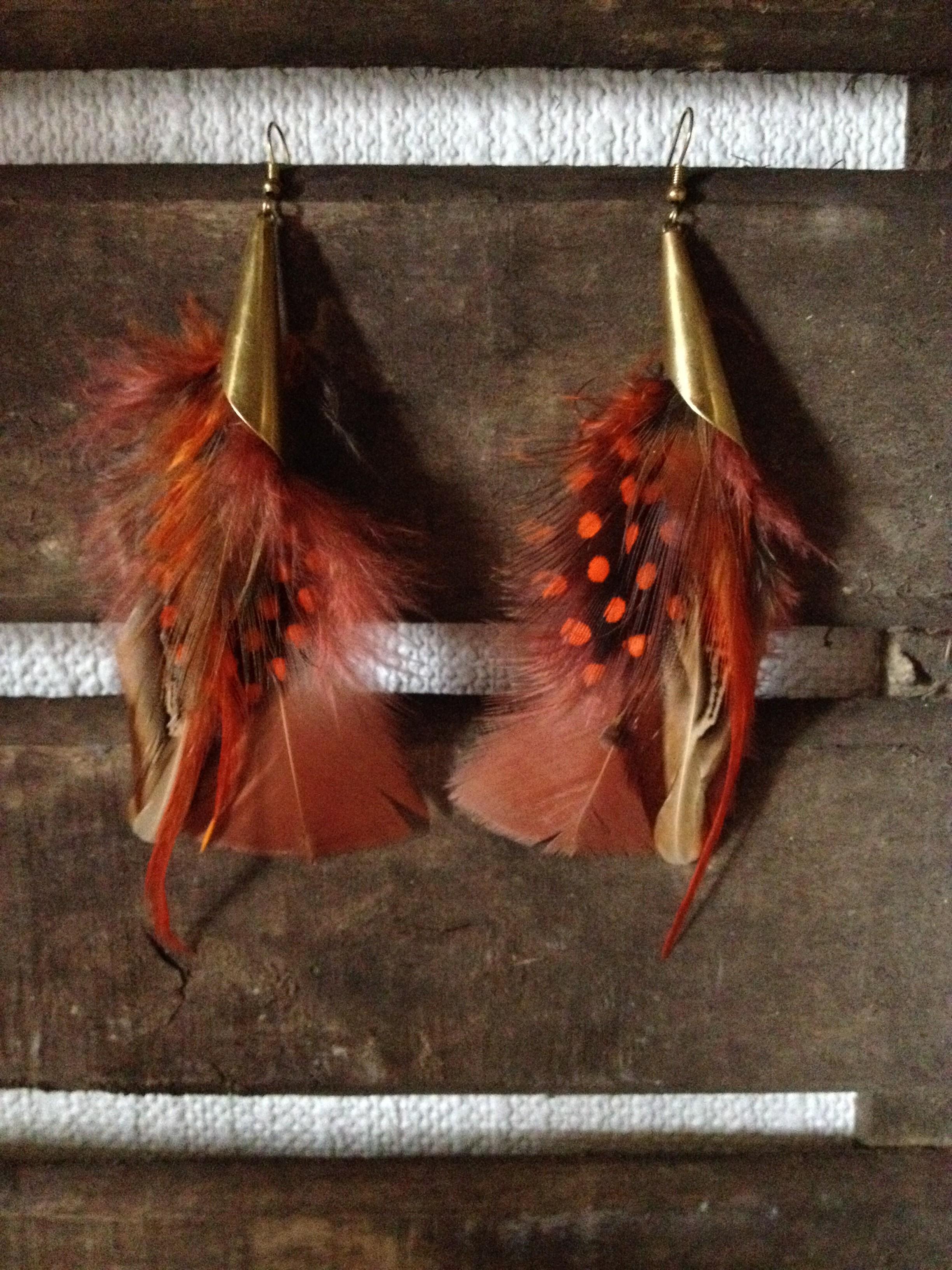 Petites paires de boucles d'oreilles à plumes style ethnique