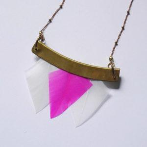 collier talisman orixa plumes rose et blanc