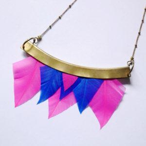 collier talisman orixa plumes rose et bleue